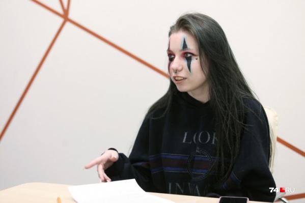 В общении Анастасия Романова производит впечатление скромной девочки, а эпатажный макияж — фишкаюной звезды TikTok