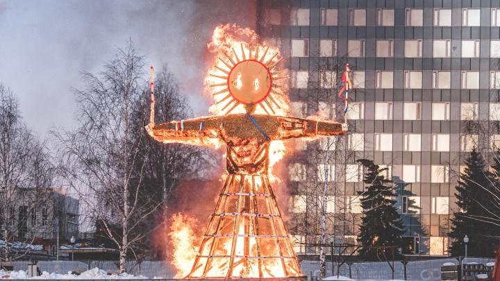Много блинов, горящие чучела и силовой экстрим: самые зажигательные фотографии с Масленицы в Перми