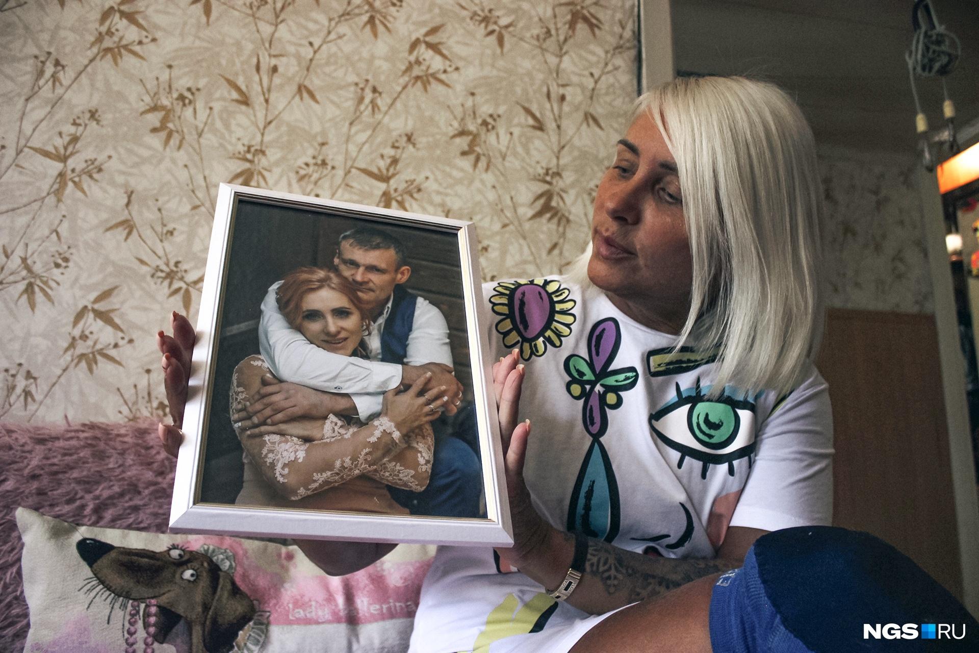 В доме на стенах — фотографии мужа и детей