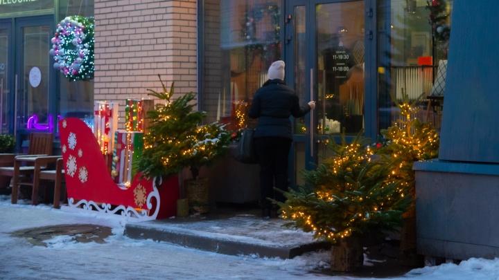 Огоньки и Дед Мороз без лица: выбираем самые яркие и оригинальные новогодние витрины в Архангельске