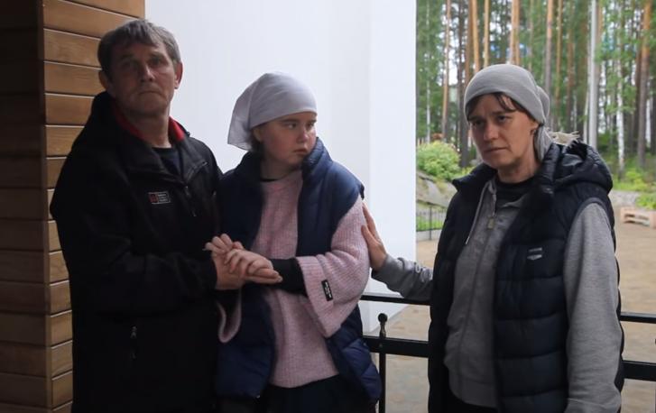 Марина с родителями уже несколько месяцев живет в монастыре. По словам отца Василия, еще в феврале врачи отпустили ее из больницы со словами, что Марину не спасти