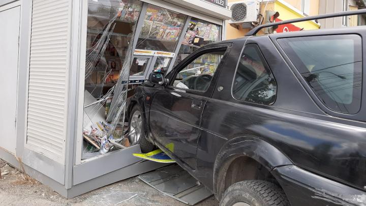 В Волгограде внедорожник снёс на остановке газетный киоск