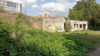 Заброшенный участок с руинами туалета на Михайловской набережной продают за 22 миллиона — что говорят власти
