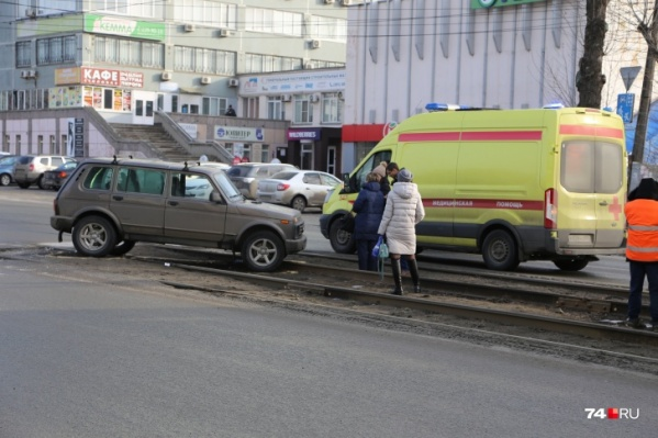Вылетев на пути, «Нива» сломала ногу женщине, стоявшей на путях