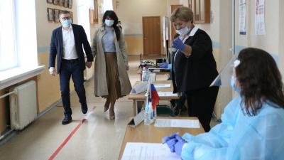 Губернатор пришёл с женой, глава Минздрава — с сыном. Как челябинские ВИПы голосуют за Конституцию
