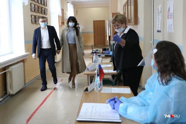 На предыдущее голосование супруги брали с собой и сына, но в этот раз Ирина и Алексей Текслер пришли вдвоем