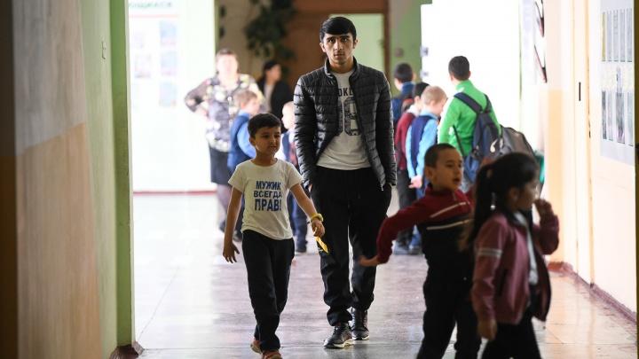 Ребята при виде педагога кланяются: как в школе на Новой Сортировке учатся дети мигрантов