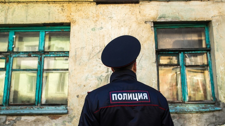 В Новосибирске взломщик пытался проникнуть в квартиры. Жильцы вызвали полицию, но никого не дождались