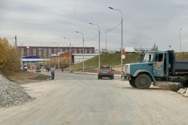 Асфальт на дороге уложили ещё в октябре, но её до сих пор не открыли