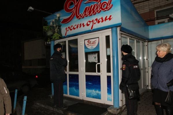 В «Ялте» продолжались танцы после полуночи, но главный вход оказался закрыт