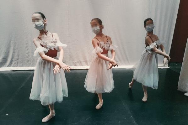 Девочки репетировали в масках несколько часов