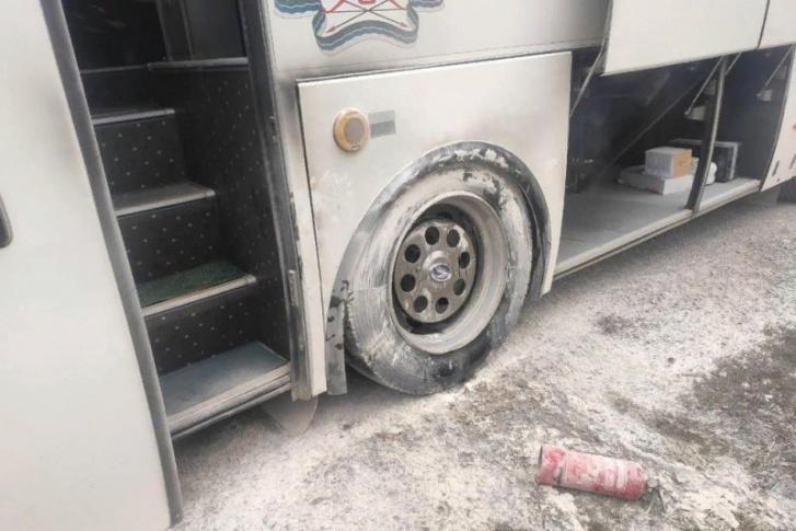 У автобуса заклинило колесо