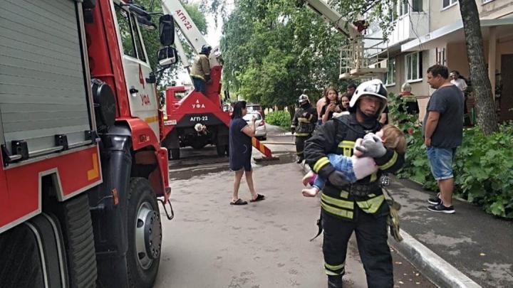 В Уфе вспыхнул пожар в многоквартирном доме. Пожилую пару выносили на руках