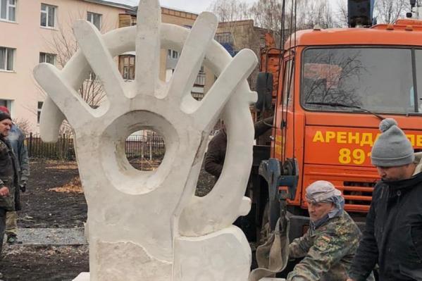 Скульптуру помогали устанавливать жители города