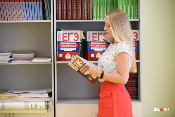 """На этом фото —17-летняя Ева Гребенцова из 39-й гимназии, она <a href=""""https://www.e1.ru/news/spool/news_id-69388084.html"""" target=""""_blank"""" class=""""_"""">сдала русский язык и литературу на 100 баллов</a>"""