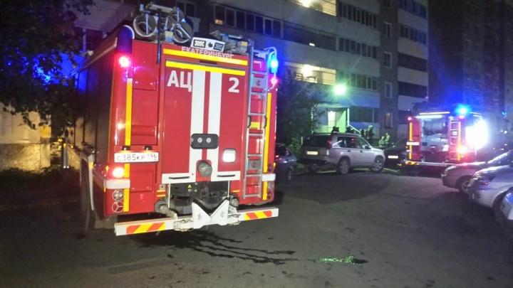 Женщина погибла, мужчину увезли в больницу: в доме рядом с Южным автовокзалом сгорела квартира