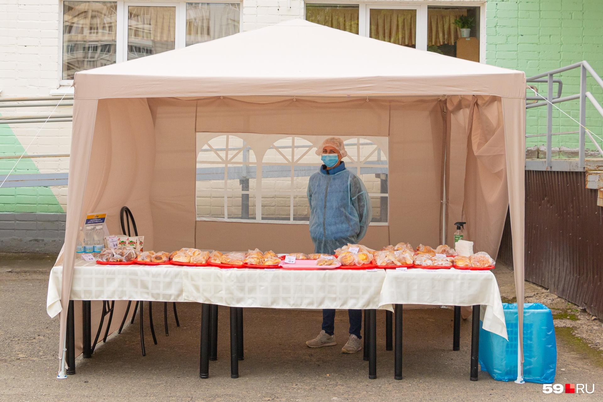 А вот палатка для тех, кто проголодался