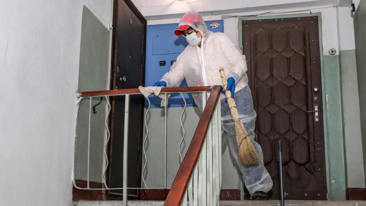 В Архангельской области для борьбы с коронавирусом дезинфицируют подъезды
