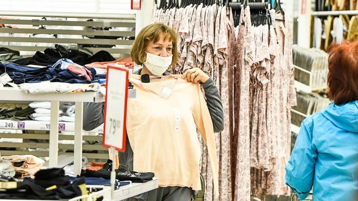 Эпидемиолог рассказала о риске заразиться в примерочных магазинов