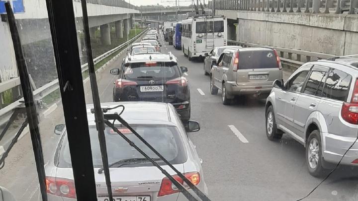 В Ярославле два крупных проспекта встали в огромной пробке