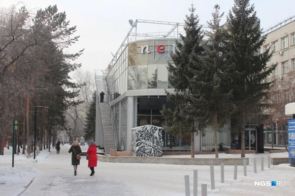 Договор аренды земельного участка в Первомайском сквере мэрия заключила в 2017 году. Но только сейчас обнаружила на нем объект капитального строительства