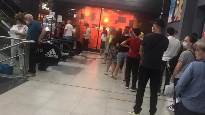В дисконт-центр «Найк» в ТЦ «Континент» выстроилась громадная очередь