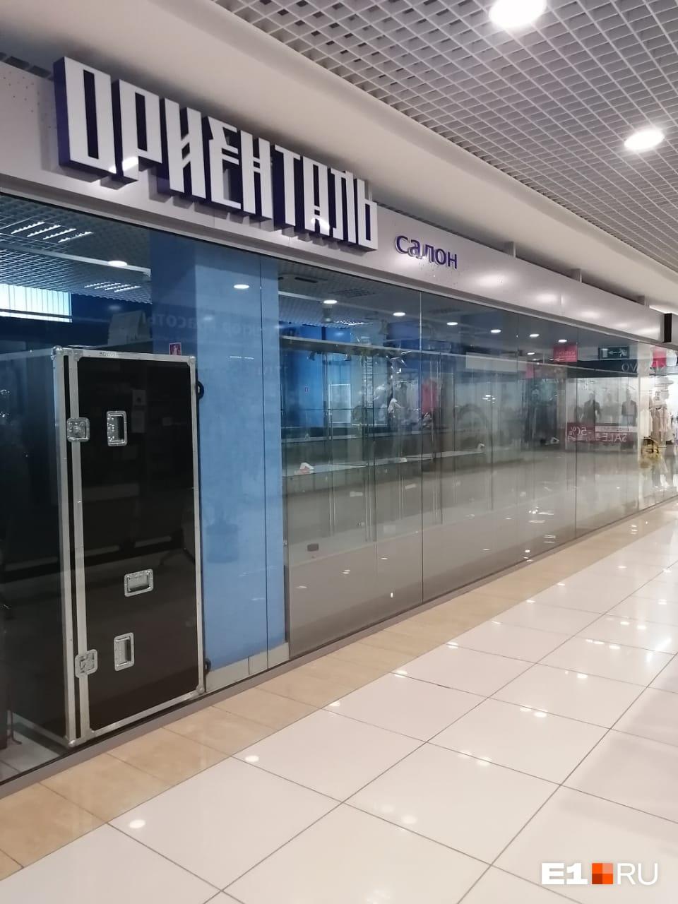 Ювелирный салон закрыт, но пока неизвестно, возобновит ли работу