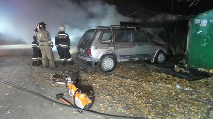 В Екатеринбурге ночью сгорели три гаража: в одном из них был автомобиль