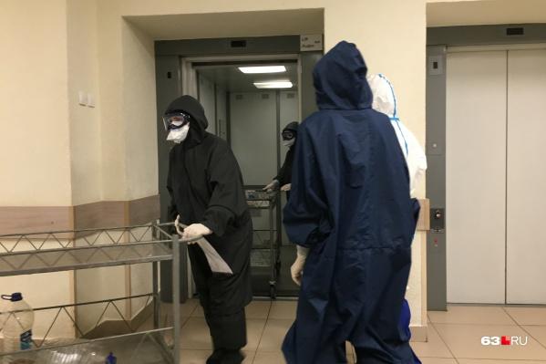 Медики в «красной» зоне не снимают защитные костюмы сутками
