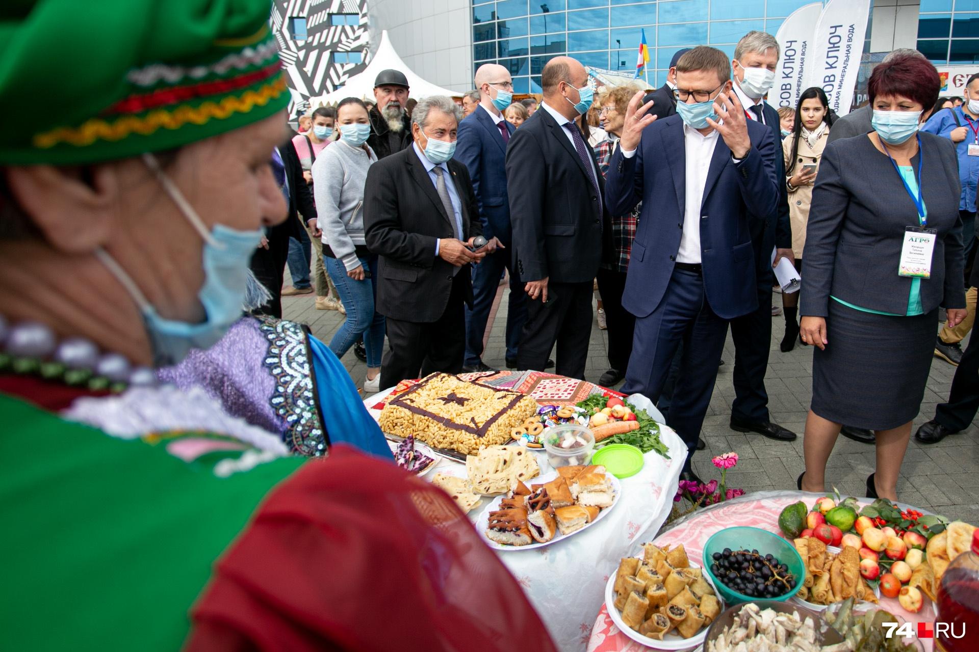 Так и кажется, что Алексей Текслер сейчас вопьется руками в такой аппетитный чак-чак. Но нет