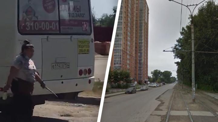 Сибирячка с палкой напала на автобус — она разбила ему зеркало: очевидцы сняли видео