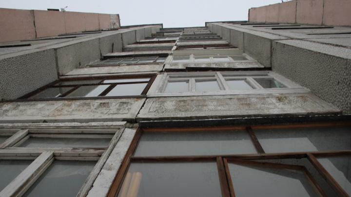 В Архангельске из окна квартиры на девятом этаже выпал ребенок