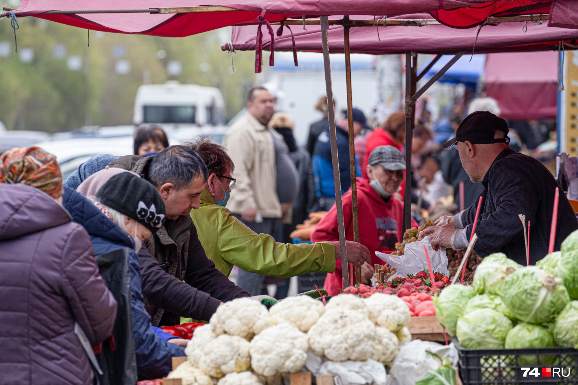 На рынке Тракторозаводского района с социальной дистанцией явно есть проблемы