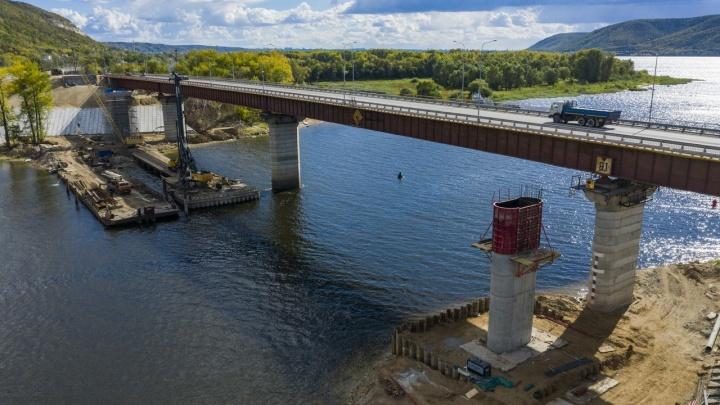 На подъездах к новому мосту через реку Сок начали укладывать асфальт