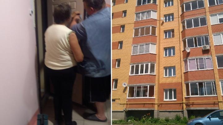 «Разлагается мясо, от запаха тошнит»: в Ярославле соседка-мусорщица пропитала вонью весь подъезд
