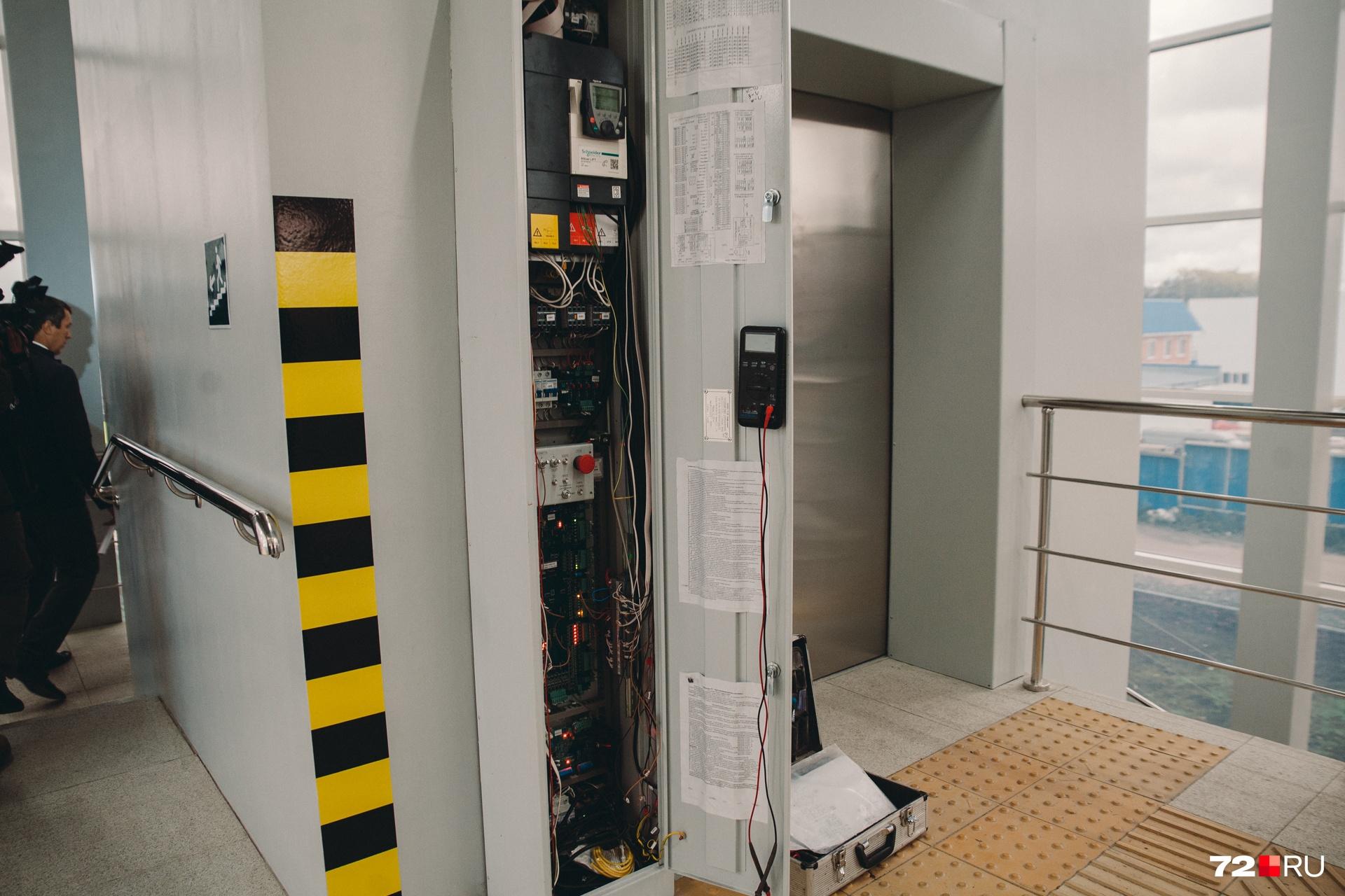 Лифты в надземном переходе уже должны работать исправно, уверяет Николай Руссу