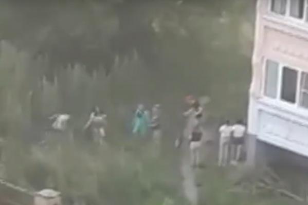 Автор видео не выдержал и побежал спасть ребенка