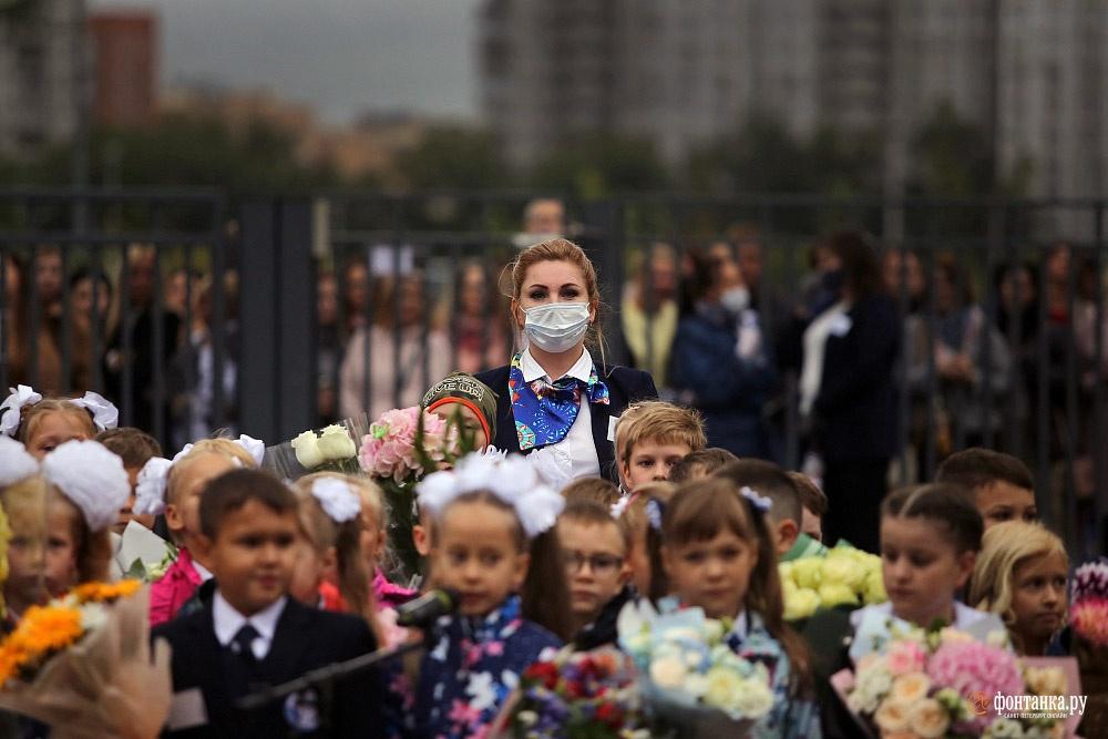 Первое сентября в 2020 году прошло в непривычном формате — учителя в масках, родители — за забором. Но праздник знаний, несмотря на пандемию, состоялся