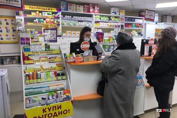 Медицинские маски сегодня пользуются спросом в городских аптеках, но купить их не так-то просто