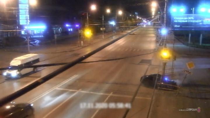 Пешеход чудом увернулся: момент ДТП на площади Чекистов в Волгограде попал на видео