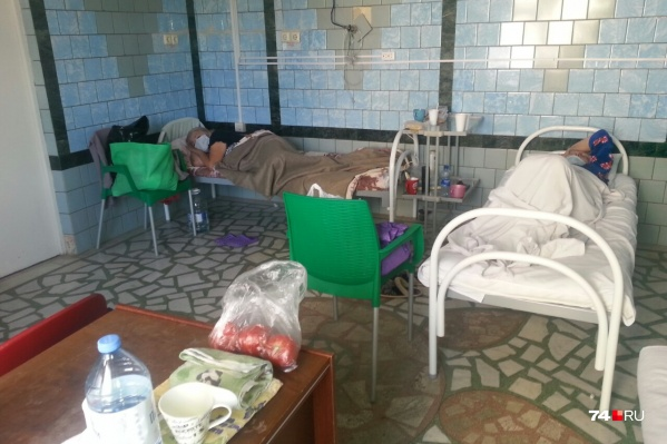Помещение, в котором разместили больных, не очень-то похоже на больничную палату