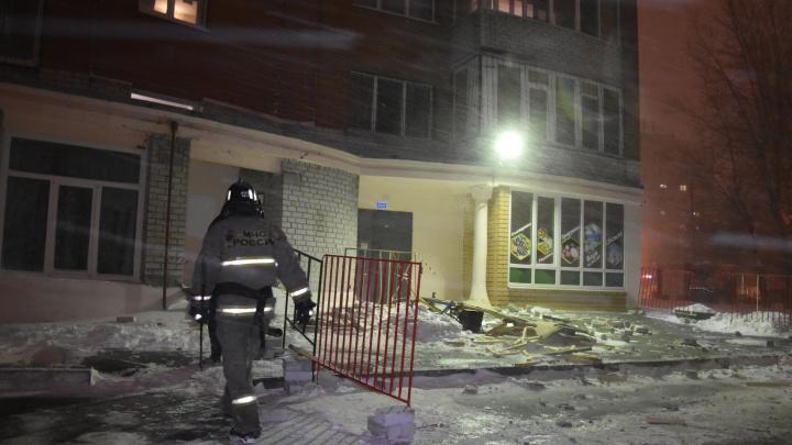 Кирпич упал на машину: подробности обрушения кладки балкона на Чернышевского