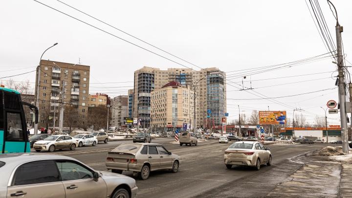 Перекресток в Новосибирске, где машины давят друг друга в «бутылочном горлышке» — смотрите сами