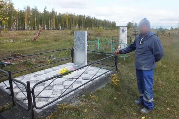Повреждённое надгробие обнаружили местные жители