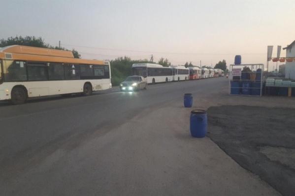 Автобусы в очереди на метановую заправку