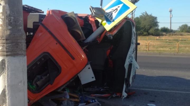 «Кабина раздавила водителя»: в Тольятти перевернулся грузовик с песком
