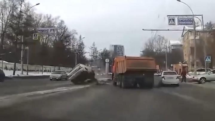 КАМАЗ против «Лексуса»: шофер грузовика подбил премиальную машину — можно ли его понять и простить