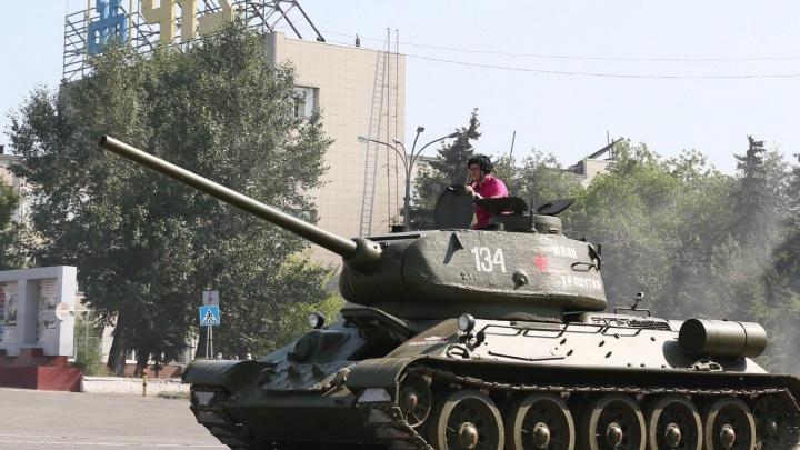 Губернатор в танке. Текслер прокатился на Т-34, и таким вы его ещё не видели