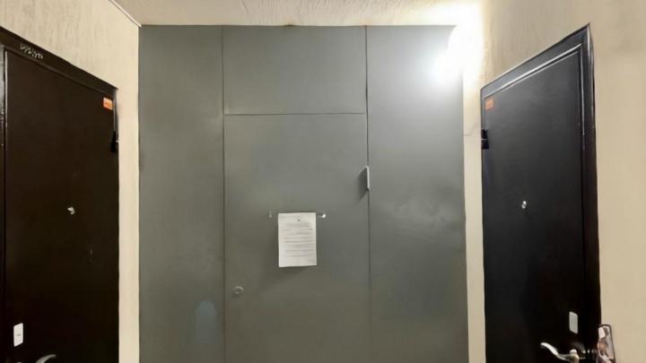 В Тюмени суд заставил жильцов многоэтажки демонтировать железную дверь на две квартиры