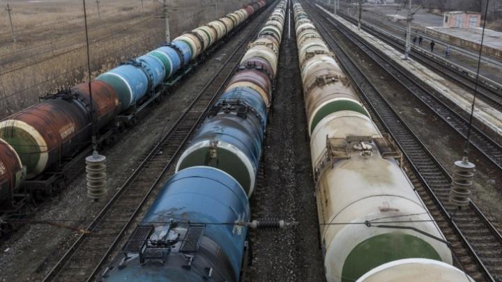 На звук сигнала не отреагировал: в Волгограде транзитный поезд сбил идущего вдоль рельсов мужчину